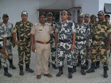 गंगा घाट पर आरएएफ का फ्लैग मार्च