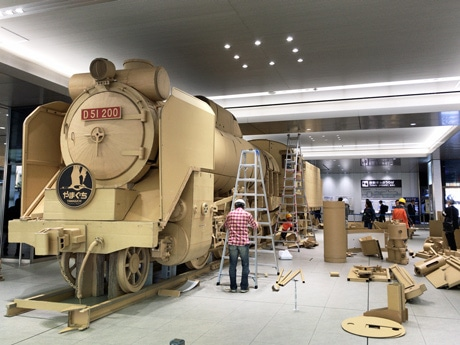 広島駅での設置作業の様子。完了予定時刻の16時には9割が完成した。