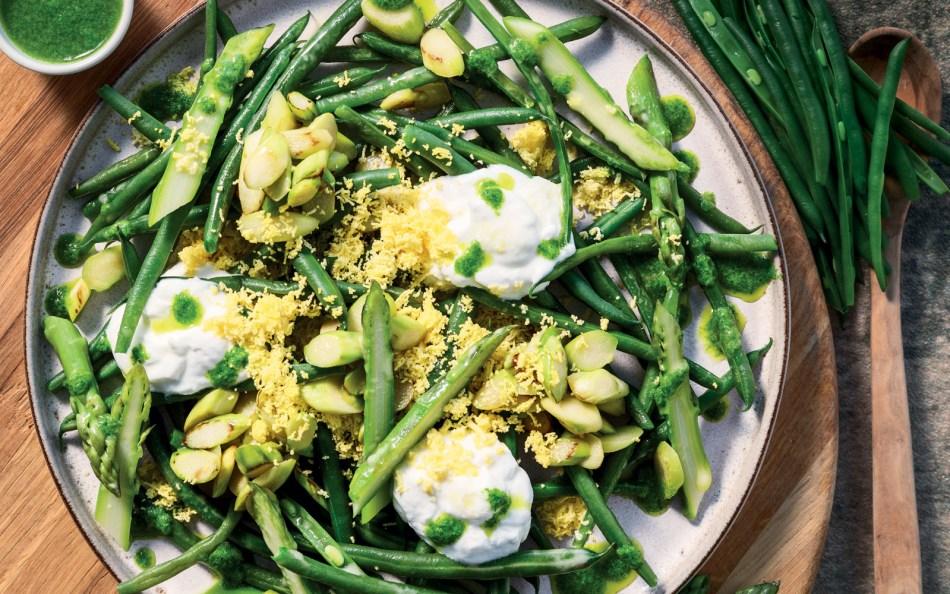 Insalata di asparagi e fagiolini, salsa al dragoncello e mimosa d'uovo