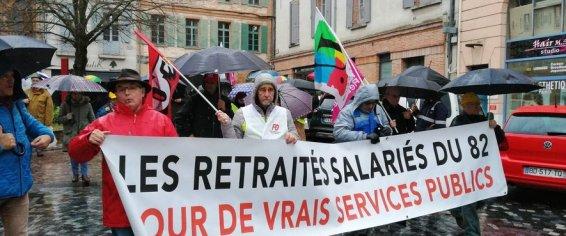 Syndicats en tête de cortège, les retraités ont fait le tour du centre ville sous la pluie.