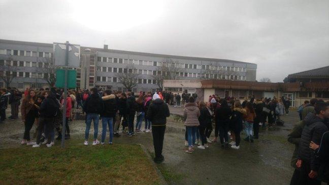 Les élèves dans la cour lors du débrayage