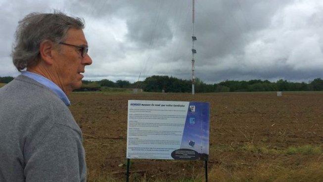 À Cordes-Tolosannes, l'un des opposants au projet éolien devant l'un des mâts test
