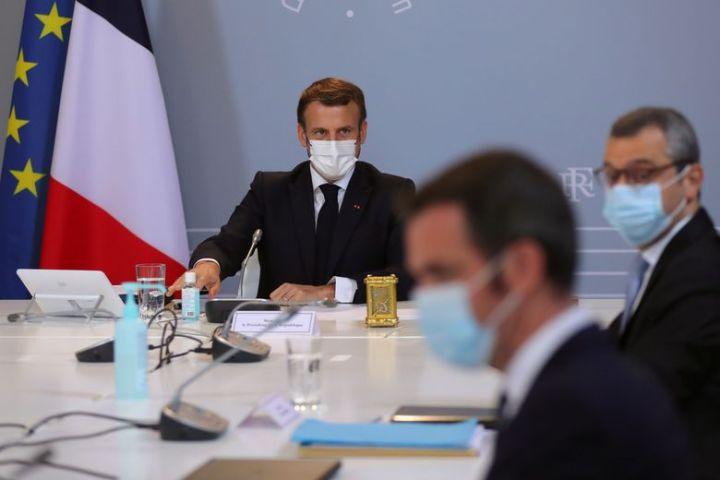 Emmanuel Macron dirige un conseil de défense, le 12 novembre 2020, à Paris.