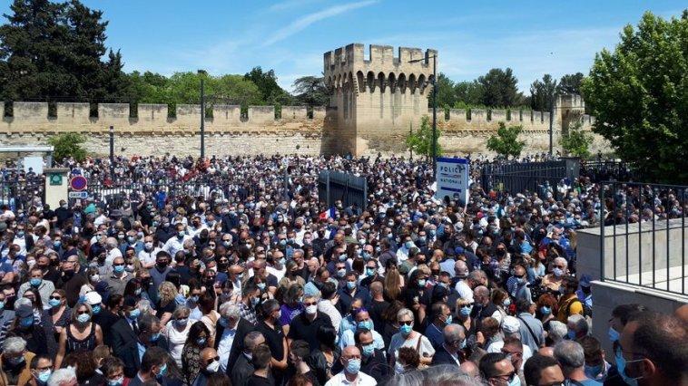 Mort du policier Eric Masson : une foule immense lui rend hommage devant le commissariat d'Avignon