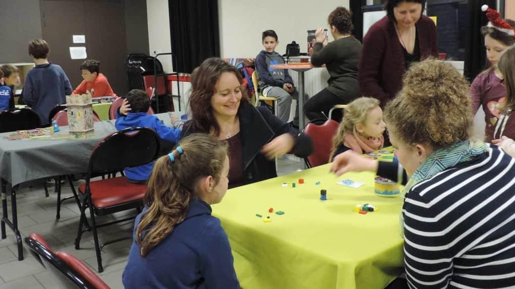 Le Clas a réuni autour des jeux de Place ludique, enfants, parents, et l'équipe du Clas.