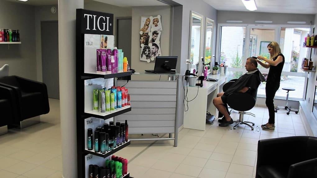 coiffeurs et clients impatients de se