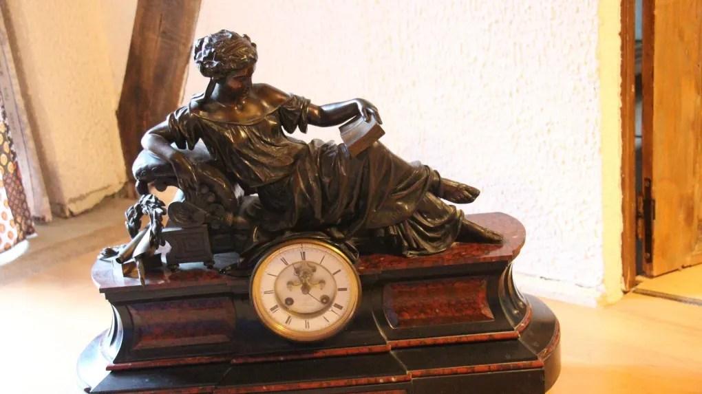 une pendule a l antique en bronze et