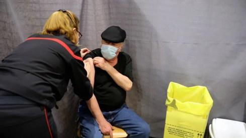 Les complications supposées du vaccin AstraZeneca posent question, mais n'entraînent pas de mouvement de retrait fort parmi les personnes attendant la vaccination en officine.