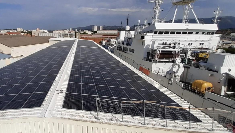 Conçue et installée par l'entreprise phocéenne Oxygn, la station photovoltaïque produit 20% des besoins annuels du site en électricité.