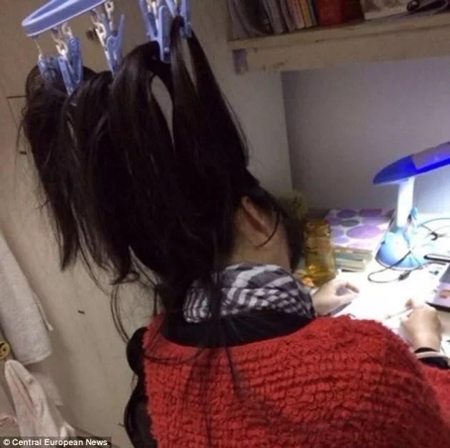 studentessa-stendino-capelli