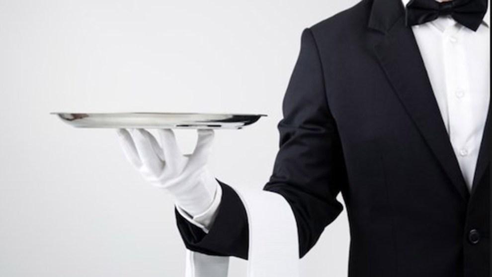 cameriere con vassoio