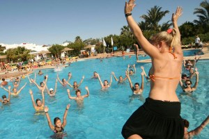 animatrice fa ballare in piscina