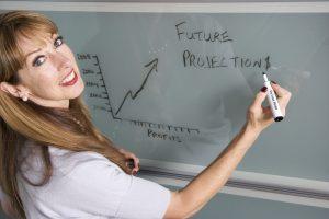 docente fa lezione in classe