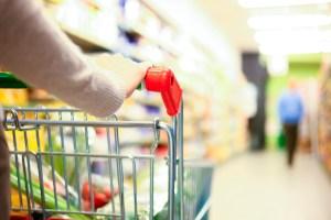 donna fa la spesa al supermercato