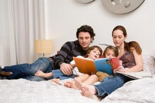 genitori-leggono-libro-ai-bambini_600x398