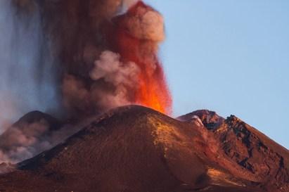 Fontane laviche al Cratere di Sud-Est durante l'alba del 26 ottobre 2013.