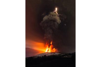 L'eruzione breve e intensa del 3 dicembre 2015, che ha provocato una fontana di lava di oltre 1 km e caratterizzata da fenomeni triboelettrici.