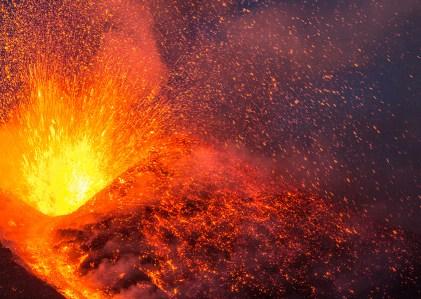 La ricaduta di bombe vulcaniche al Cratere di Sudest il 28 febbraio 2017.