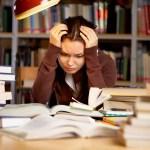 Studentessa stressata dagli esami