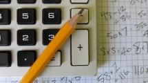 calcolatrice e matita