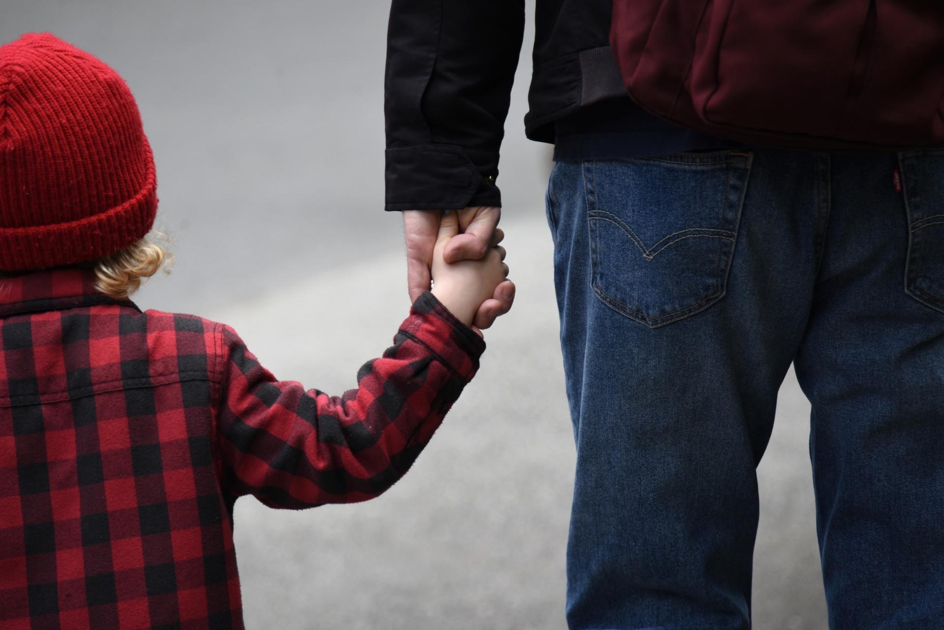 """Coronavirus, il Viminale chiarisce: """"Sì a camminata genitore-figlio, ma vicino casa"""""""