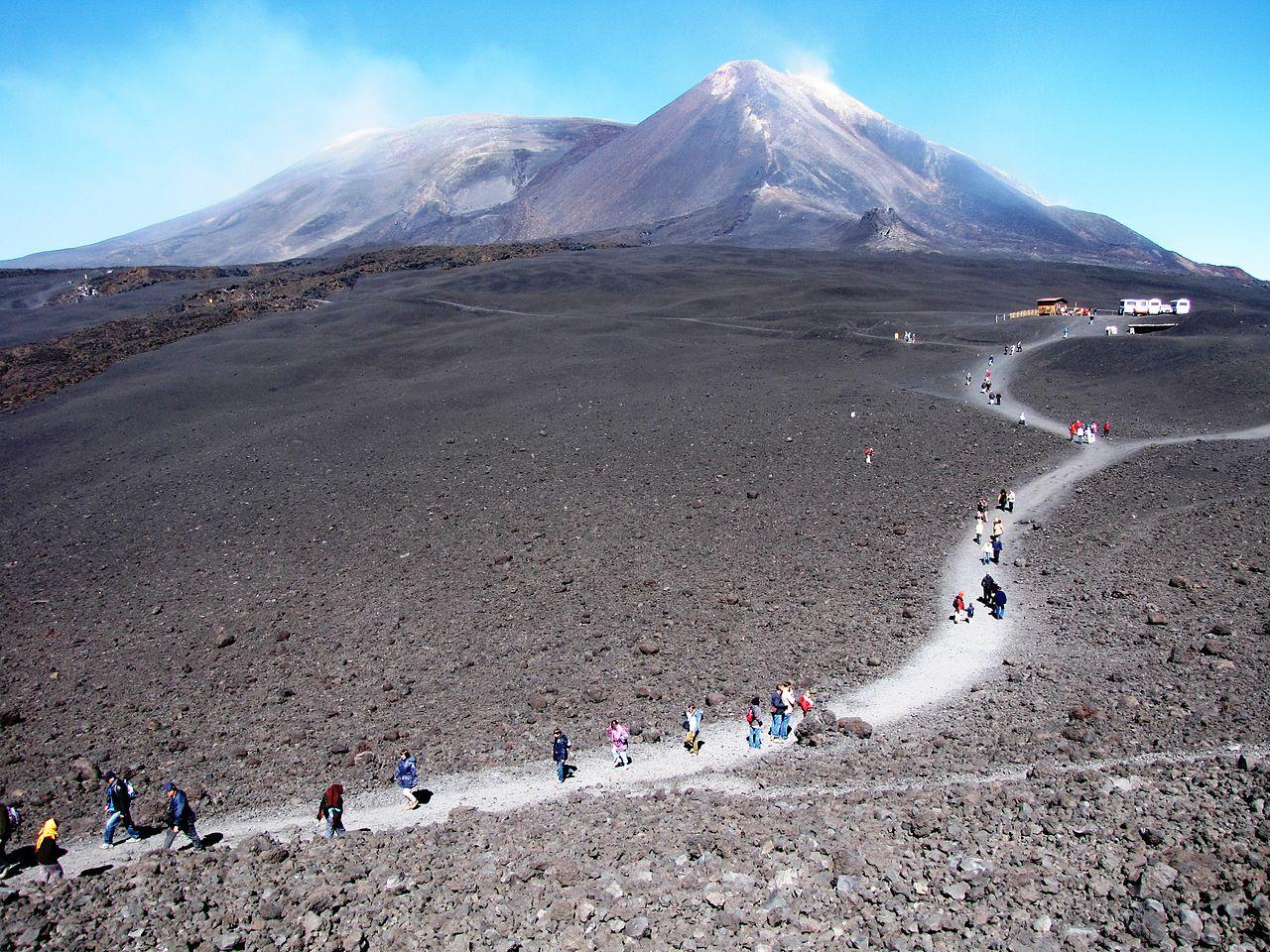 Catania, escursionisti rimangono bloccati sull'Etna: salvati dai militari