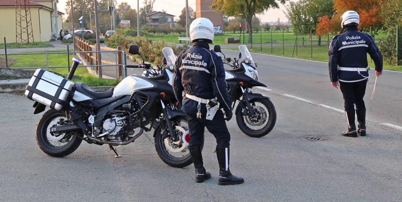 Cerca di far cadere i poliziotti dalle moto, ma si schianta contro un muro: arrestato