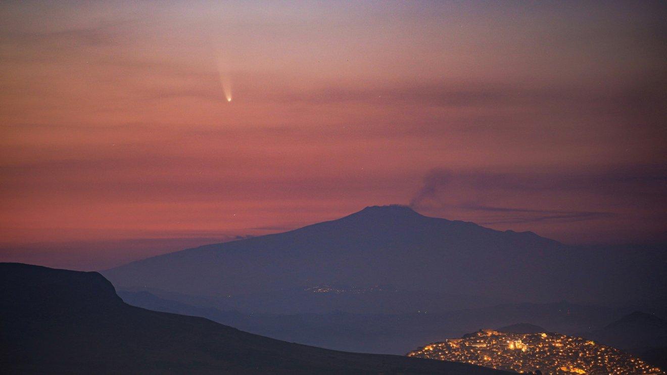 Etna e cometa neowise