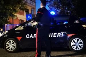 Carabiniere davanti all'auto