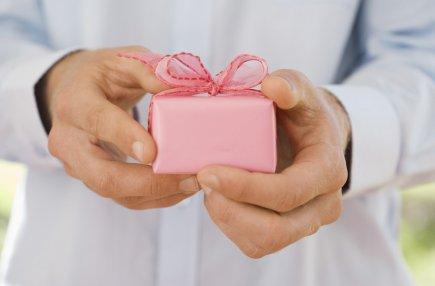 Un homme qui avait oublié de souhaiter un joyeux anniversaire à son épouse... (Photos.com)
