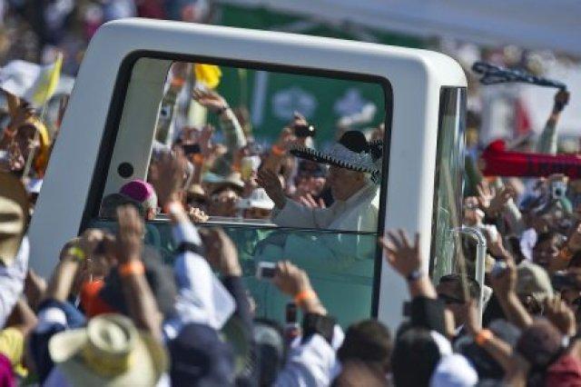 Le pape, arrivé dimanche matin au parc du... (Photo: AFP)