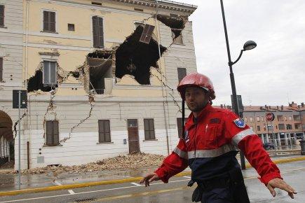 Le séisme, de magnitude révisée à 6 (5,9... (Photo: AP)