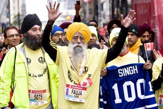 Fauja Singh, 100 ans, a accompli un exploit à Toronto en terminant la course de 42,195 km, devenant ainsi la personne la plus âgée à avoir couru un marathon complet.
