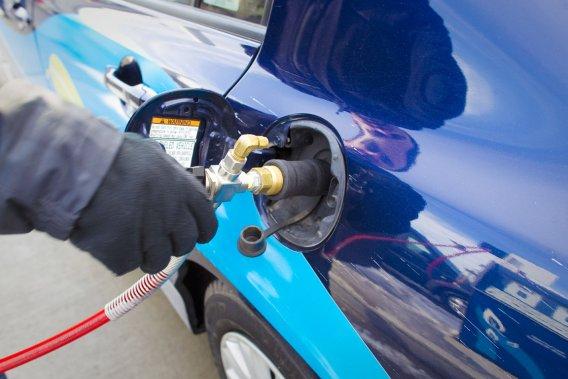 Gazer sa voiture, c'est possible. Sous une pression de 3200 livres, le plein d'une auto au gaz naturel se fait en quelques minutes au coût d'une quinzaine de dollars.