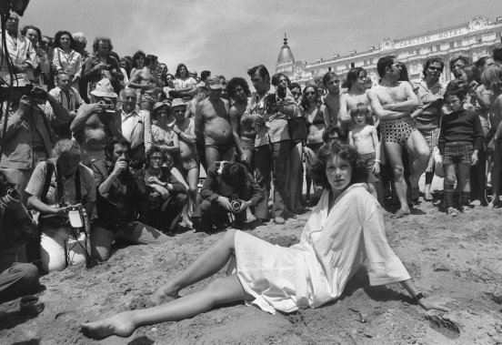 https://i2.wp.com/images.lpcdn.ca/569x379/201210/18/600720-sylvia-kristel-pose-plage-cannes.jpg