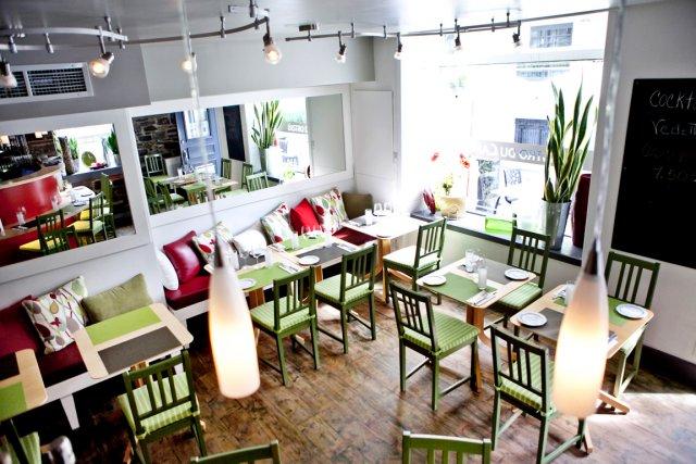 Les filles aiment les banquettes. Au Café Bistro... (Le Soleil, Renaud Philippe)