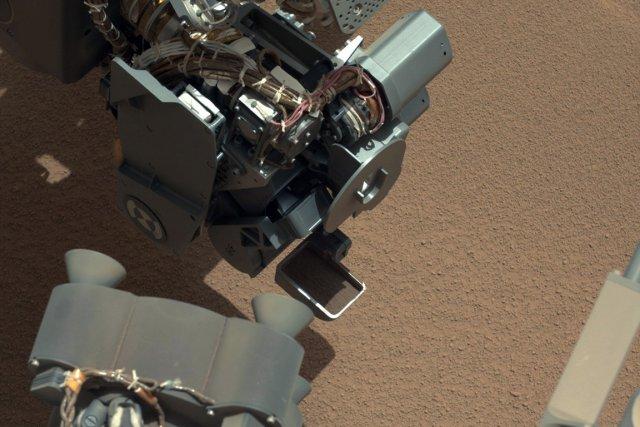 Le robot Curiosity a aspiré ses premiers échantillons de poussière à la surface... (Photo AP)