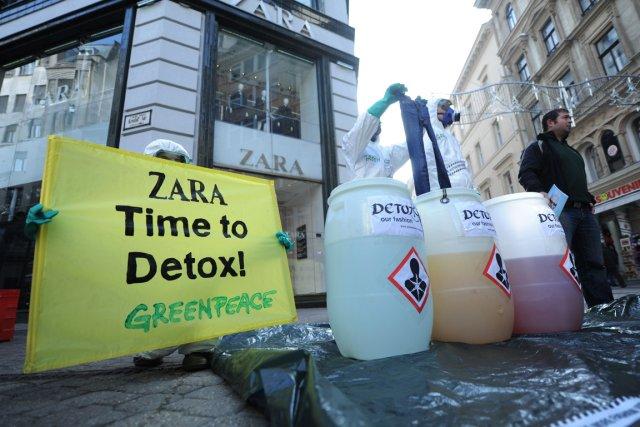 En Hongrie, des manifestants de Greenpeace devant une... (PHOTO ATTILA KISBENEDEK, AFP)