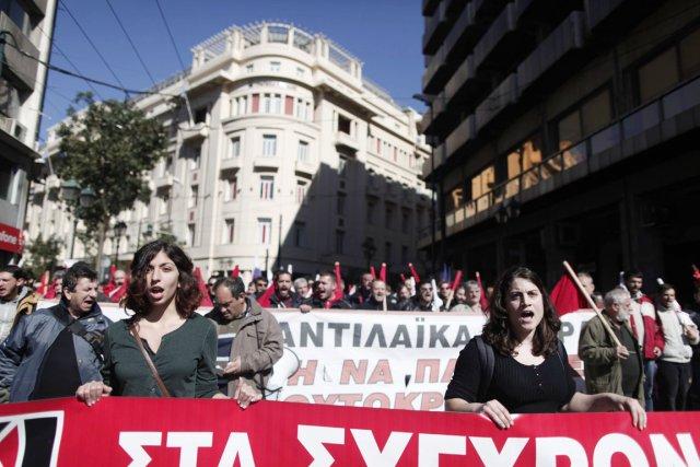 Le Front syndical communiste Pame a massé ses... (PHOTO PETROS GIANNAKOURIS, AP)
