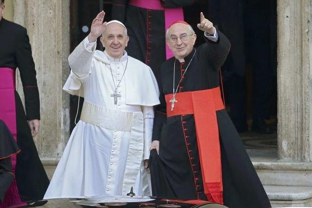 Le nouveau pape François (à gauche) et le... (Photo Reuters)