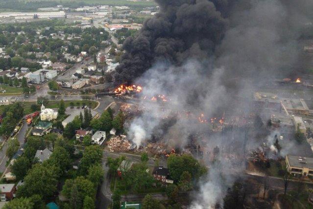 Le centre-ville de Lac-Mégantic est littéralement en feu depuis les dernières... (Photo fournie par la SQ sur Twitter)