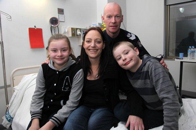 Vanessa Tanasio, entourée de ses deux enfants et... (PHOTO PHILIP BLACKMAN, AGENCE FRANCE PRESSE)