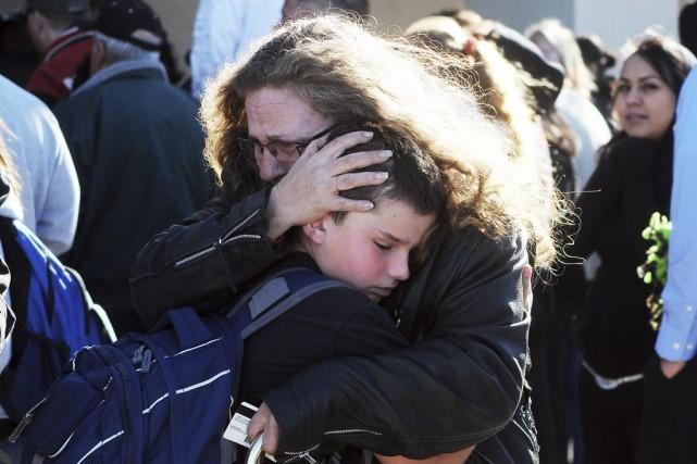 Une mère serre son fils dans ses bras,... (Photo MARK WILSON, archives Reuters)