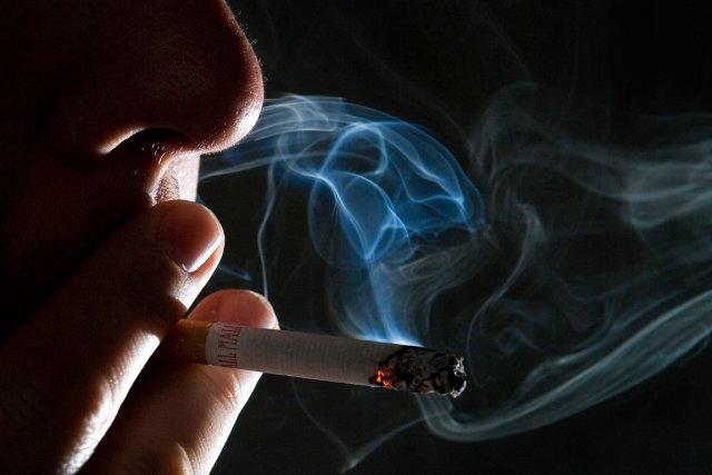 La fumée secondaire et la fumée tertiaire sont tout aussi dangereuses que celle... (PHOTO ARCHIVES BLOOMBERG)