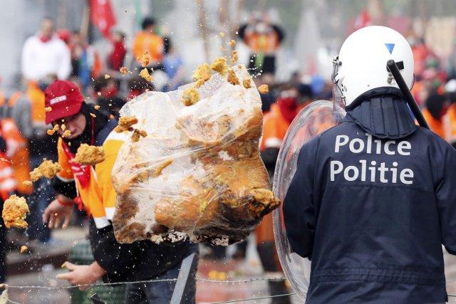 Un manifestant balance un sac d'ordures en direction... (PHOTO FRANÇOIS LENOIR, REUTERS)