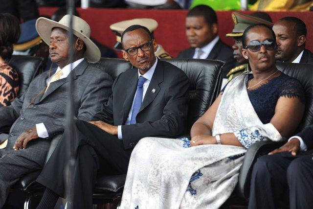 Paul Kagame (au centre), entouré de la première... (PHOTO SIMON MAINA, AFP)