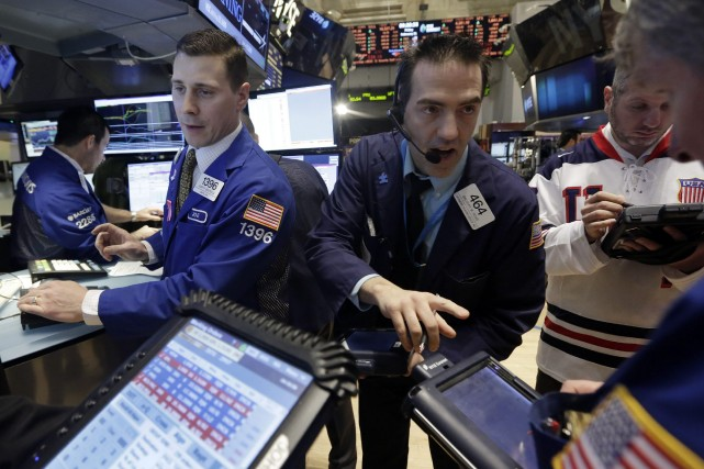 Wall Street a fini en hausse vendredi, permettant à son indice Dow Jones de... (Photo Richard Drew, Archives Associated Press)