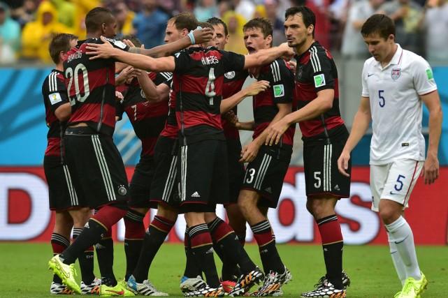 Les joueurs de l'Allemagne célèbrent après le but... (Photo Nelson Almeida, AFP)