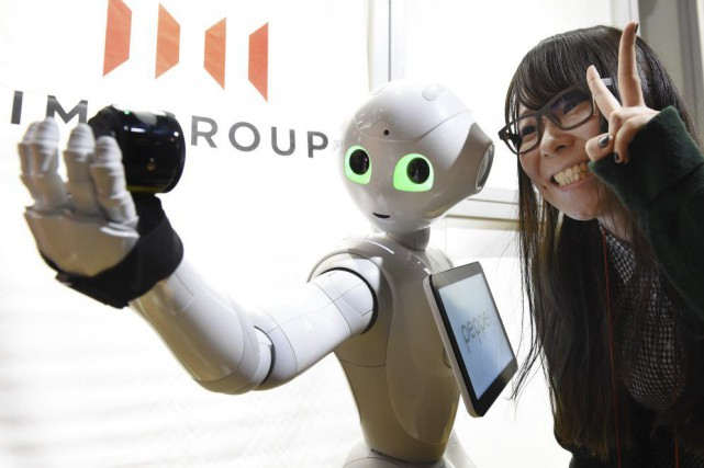 Robot semi-androïde blanc d'un peu plus d'un mètre... (PHOTO TORU YAMANAKA, AFP)