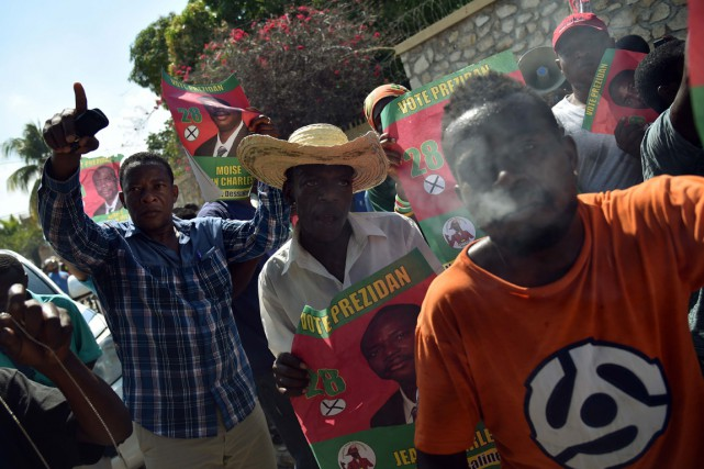 Des partisans du candidat Moïse Jean-Charles ont protesté,... (Photo HECTOR RETAMAL, AFP)
